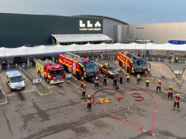 Strażacy z lotniska Luton dla NHS. Zdjęcie: London Luton Airport